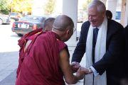 Президент университета Западного Коннектикута приветствует Его Святейшество Далай-ламу в университете. Дэнбери, штат Коннектикут, США. 18 октября 2012 г. Фото: Джереми Рассел (Офис ЕСДЛ)