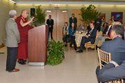 Его Святейшество Далай-лама обращается с речью к преподавателям университета Западного Коннектикута и организаторам его визита. Денбери, штат Коннектикут, США. 19 октября 2012 г. Фото: WCSU