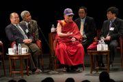 Его Святейшество Далай-лама во время дискуссии в Хантер-колледже, за которой наблюдали 600 китайских студентов, преподавателей, артистов и др. Нью-Йорк, штат Нью-Йорк, США. 19 октября 2012 г. Фото: Philip Kessler