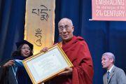 Его Святейшеству Далай-ламе вручили диплом почетного доктора гуманитарных наук университета Западного Коннектикута. Денбери, штат Коннектикут, США. 19 октября 2012 г. Фото: WCSU