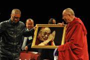 По окончании дискуссии в Хантер-колледже Его Святейшеству Далай-ламе преподнесли его портрет. Нью-Йорк, штат Нью-Йорк, США. 19 октября 2012 г. Фото: Sonam Zoksang