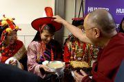 Его Святейшество Далай-ламу встречают в Хантер-колледже. Нью-Йорк, штат Нью-Йорк, США. 19 октября 2012 г. Фото: Джереми Рассел (Офис ЕСДЛ)
