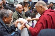 Его Святейшество Далай-лама приветствует своих поклонников на выходе из Хантер-колледжа. Нью-Йорк, штат Нью-Йорк, США. 19 октября 2012 г. Фото: Джереми Рассел (Офис ЕСДЛ)