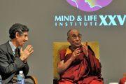 """Его Святейшество Далай-лама и Ричард Дэвидсон на дневном заседании XXV конференции """"Ум и жизнь"""" в аудитории Каспари Рокфеллеровского университета. Нью-Йорк, штат Нью-Йорк, США. 20 октября 2012 г. Фото: Sonam Zoksang"""