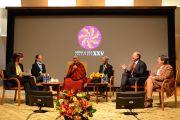 """Его Святейшество Далай-лама и другие докладчики на утреннем заседании XXV конференции """"Ум и жизнь"""" в аудитории Каспари Рокфеллеровского университета. Нью-Йорк, штат Нью-Йорк, США. 20 октября 2012 г. Фото: Mind and Life Institute"""