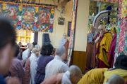 Его Святейшество Далай-лама приветствует слушателей в главном тибетском храме перед началом учений. Дхарамсала, Индия. 30 октября 2012 г. Фото: Тензин Чойджор (Офис ЕСДЛ)