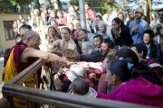 Его Святейшество Далай-лама приветствует своих последователей, направляясь в главный тибетский храм. Дхарамсала, Индия. 30 октября 2012 г. Фото: Тензин Чойджор (Офис ЕСДЛ)