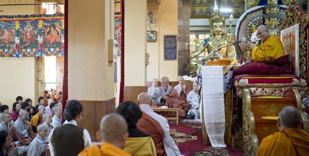 Второй день учений Его Святейшества Далай-ламы для корейских учеников