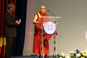 В Бангалоре Его Святейшество Далай-лама рассказал студентам христианского университета о религии и науке