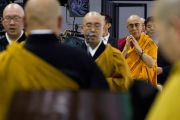 Японские монахи читают Сутру сердца перед лекцией Его Святейшества Далай-ламы в выставочном зале Пасифик-холл. Йокогама, Япония. 4 ноября 2012 г. Фото: Office of Tibet, Japan