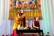 Его Святейшество Далай-лама приветствует аудиторию перед началом лекции. Йокогама, Япония. 4 ноября 2012 г. Фото: Office of Tibet, Japan