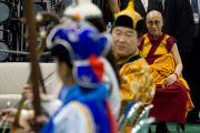 Его Святейшество Далай-лама слушает выступление музыкантов из Монголии на сцене выставочного зала Пасифик-холл. Иокогама, Япония. 4 ноября 2012 г. Фото: Office of Tibet, Japan