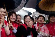 В парке Бодайдзю последователи ожидают Далай-ламу под проливным дождем. Окинава, Япония. 11 ноября 2012 г. Фото: Office of Tibet Japan