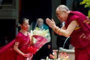 Его Святейшество Далай-лама приветствует аудиторию перед началом лекции. Окинава, Япония. 11 ноября 2012 г. Фото: Office of Tibet Japan