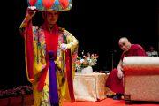 Его Святейшество Далай-лама любуется традиционными японскими танцами перед началом лекции. Окинава, Япония. 11 ноября 2012 г. Фото: Office of Tibet Japan