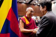 Бывший премьер-министр Японии Синдзо Абэ приветствует Его Святейшество Далай-ламу в здании японского парламента. Токио, Япония. 13 ноября 2012 г. Фото: Tibet Office Japan