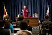 Его Святейшество Далай-лама выступает на встрече с членами японского парламента. Токио, Япония. 13 ноября 2012 г. Фото: Tibet Office Japan