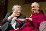Его Святейшество Далай-лама и молекулярный биолог Сусуми Тонегава во время конференции в Институте общечеловеческих ценностей. Токио, Япония. 13 ноября 2012 г. Фото: Tibet Office Japan