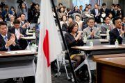 Члены японского парламента аплодируют Его Святейшеству Далай-ламе. Токио, Япония. 13 ноября 2012 г. Фото: Tibet Office Japan