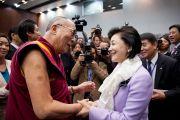 Его Святейшество Далай-лама и телеведущая Йосико Скураи на встрече с членами японского парламента. Токио, Япония. 13 ноября 2012 г. Фото: Tibet Office Japan