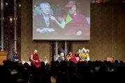 """Его Святейшество Далай-лама и другие участники дискуссии """"Наука об уме, древняя исцеляющая мудрость: баланс ума и тела"""", организованной Институтом общечеловеческих ценностей. Токио, Япония. 13 ноября 2012 г. Фото: Tibet Office Japan"""