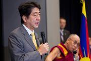 Бывший премьер-министр Японии Синдзо Абэ выступает со вступительной речью на встрече с членами парламента, прежде чем передать слово Его Святейшеству Далай-ламе. Токио, Япония. 13 ноября 2012 г. Фото: Tibet Office Japan