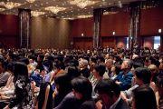 Слушатели, около 1500 человек, следят за ходом дискуссии между Его Святейшеством Далай-ламой и молекулярным биологом Сусуми Тонегавой. Токио, Япония. 13 ноября 2012 г. Фото: Tibet Office Japan