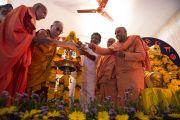 Его Святейшество Далай-лама принимает участие в церемонии зажжения светильника на празднике в честь 80-го ежегодного паломничества Сивагири. Варкала, штат Керала, Индия. 24 ноября 2012 г. Фото: Тензин Чойджор (офис ЕСДЛ)