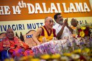 Его Святейшество Далай-лама выступает с речью на торжественной церемонии, посвященной 80-му ежегодному паломничеству Сивагири. Варкала, штат Керала, Индия. 24 ноября 2012 г. Фото: Тензин Чойджор (офис ЕСДЛ)