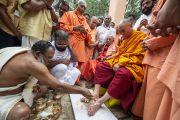 Его Святейшество Далай-ламу встречают традиционным ритуалом омовения ног. Варкала, штат Керала, Индия. 24 ноября 2012 г. Фото: Тензин Чойджор (офис ЕСДЛ)