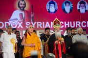 Его Святейшество Далай-лама принимает участие в общей молитве на праздновании 100-летия автокефалии Маланкарской Православной Сирийской Церкви Индии. Кочи, штат Керала, Индия. 25 ноября 2012 г. Фото: Тензин Чойджор (офис ЕСДЛ)