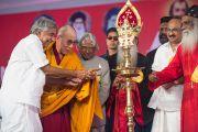 Главный министр штата Ооммен Чанди, Его Святейшество Далай-лама и бывший президент Индии Абдул Калам зажигают церемониальный светильник в ознаменование начала торжеств по случаю 100-летия автокефалии Маланкарской Православной Сирийской Церкви Индии. Кочи, штат Керала, Индия. 25 ноября 2012 г. Фото: Тензин Чойджор (офис ЕСДЛ)