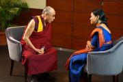 Его Святейшество Далай-лама дает интервью каналу Indiavision News в Кочи, штат Керала, Индия. 25 ноября 2012 г. Фото: Джереми Рассел (офис ЕСДЛ)