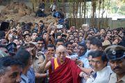 Его Святейшество Далай-лама фотографируется со студентами Христианского университета после лекции о религии и науке. Бангалор, штат Карнатака, Индия. 26 ноября 2012 г. Фото: Джереми Рассел (Офис ЕСДЛ)
