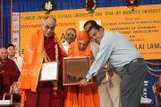 Его Святейшеству Далай-ламе вручают звание почетного профессора университета Тумкур. Бангалор, штат Карнатака, Индия. 27 ноября 2012 г. Фото: Джереми Рассел (Офис ЕСДЛ)