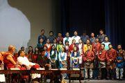 Хор тибетских студентов выступает перед Его Святейшеством Далай-ламой во время его посещения Христианского университета Бангалора. Штат Карнатака, Индия. 26 ноября 2012 г. Фото: Джереми Рассел (Офис ЕСДЛ)