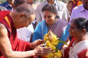 Его Святейшество Далай-лама принимает традиционное подношение в университете Тумкур. Бангалор, штат Карнатака, Индия. 27 ноября 2012 г. Фото: Джереми Рассел (Офис ЕСДЛ)