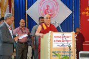 """Его Святейшество Далай-лама выступает на открытии конференции """"Йога в образовании"""" в университете Тумкур. Бангалор, штат Карнатака, Индия. 27 ноября 2012 г. Фото: Джереми Рассел (Офис ЕСДЛ)"""