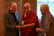 Его Святейшество Далай-лама, Анупа Кер и Притиш Нанди перед началом конференции, посвященной Международному дню сострадания. Мумбаи, Индия. 28 ноября 2012 г. Фото: Джереми Рассел (Офис ЕСДЛ)