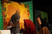 Его Святейшество Далай-лама ставит автограф на картину, предназначенную для продажи на благотворительном аукционе. Мумбаи, Индия. 28 ноября 2012 г. Фото: Джереми Рассел (Офис ЕСДЛ)