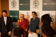 Его Святейшество Далай-лама и Сонам Капур на встрече с журналистами после конференции, посвященной Международному дню сострадания. Мумбаи, Индия. 28 ноября 2012 г. Фото: Джереми Рассел (Офис ЕСДЛ)