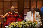 Его Святейшество Далай-лама и Кришан Наир на встрече с представителями тибетского сообщества. Мумбаи, Индия. 28 ноября 2012 г. Фото: Джереми Рассел (Офис ЕСДЛ)