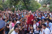 Его Святейшество Далай-лама фотографируется с представителями тибетского сообщества. Мумбаи, Индия. 28 ноября 2012 г. Фото: Джереми Рассел (Офис ЕСДЛ)