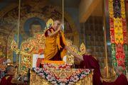 Его Святейшество Далай-лама приветствует людей, собравшихся на учения в монастыре Ганден. Мандгод, штат Карнатака, Индия. 30 ноября 2012 г. Фото: Manuel Bauer