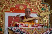 Его Святейшество Далай-лама держит в руках один из восемнадцати коренных текстов, по которым он будет даровать учения в монастыре Ганден в ближайшие две недели. Мандгод, штат Карнатака, Индия. 30 ноября 2012 г. Фото: Manuel Bauer