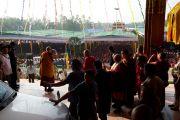 Его Святейшество Далай-лама приветствует тысячи людей, собравшихся на учения в монастыре Ганден. Мандгод, штат Карнатака, Индия. 30 ноября 2012 г. Фото: Manuel Bauer