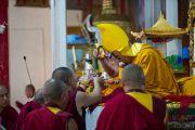 Его Святейшество Далай-лама принимает традиционные подношения перед тем, как обратиться к монахам монастыря Дрепунг с короткой речью. Мандгод, штат Карнатака, Индия. 29 ноября 2012 г. Фото: Тензин Чойджор (Офис ЕСДЛ)