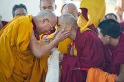 Его Святейшество Далай-лама приветствует одного из старейших монахов в большом молитвенном зале монастыря Дрепунг в Мандгоде. Штат Карнатака, Индия. 29 ноября 2012 г. Фото: Тензин Чойджор (Офис ЕСДЛ)