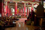 Молитвенный зал монастыря Дрепунг Лоселинг во время учений по 18 коренным текстам и комментариям традиции Ламрим. 7 декабря 2012. Мандгод, Индия. Фото: Манюэль Бауэр