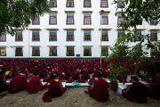 Монахи слушают учения Его Святейшества Далай-ламы по 18 коренным текстам и комментариям традиции Ламрим у стен монастыря Дрепунг Лоселинг. 7 декабря 2012. Мандгод, Индия. Фото: Манюэль Бауэр
